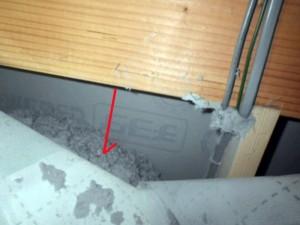 セルロースファイバーの沈下。梁下に大きな隙間が発生。施工密度の低さが原因。