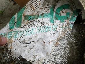 モルタル下地に使い、アルカリで溶けた防水紙。これが原因で雨漏りが発生。